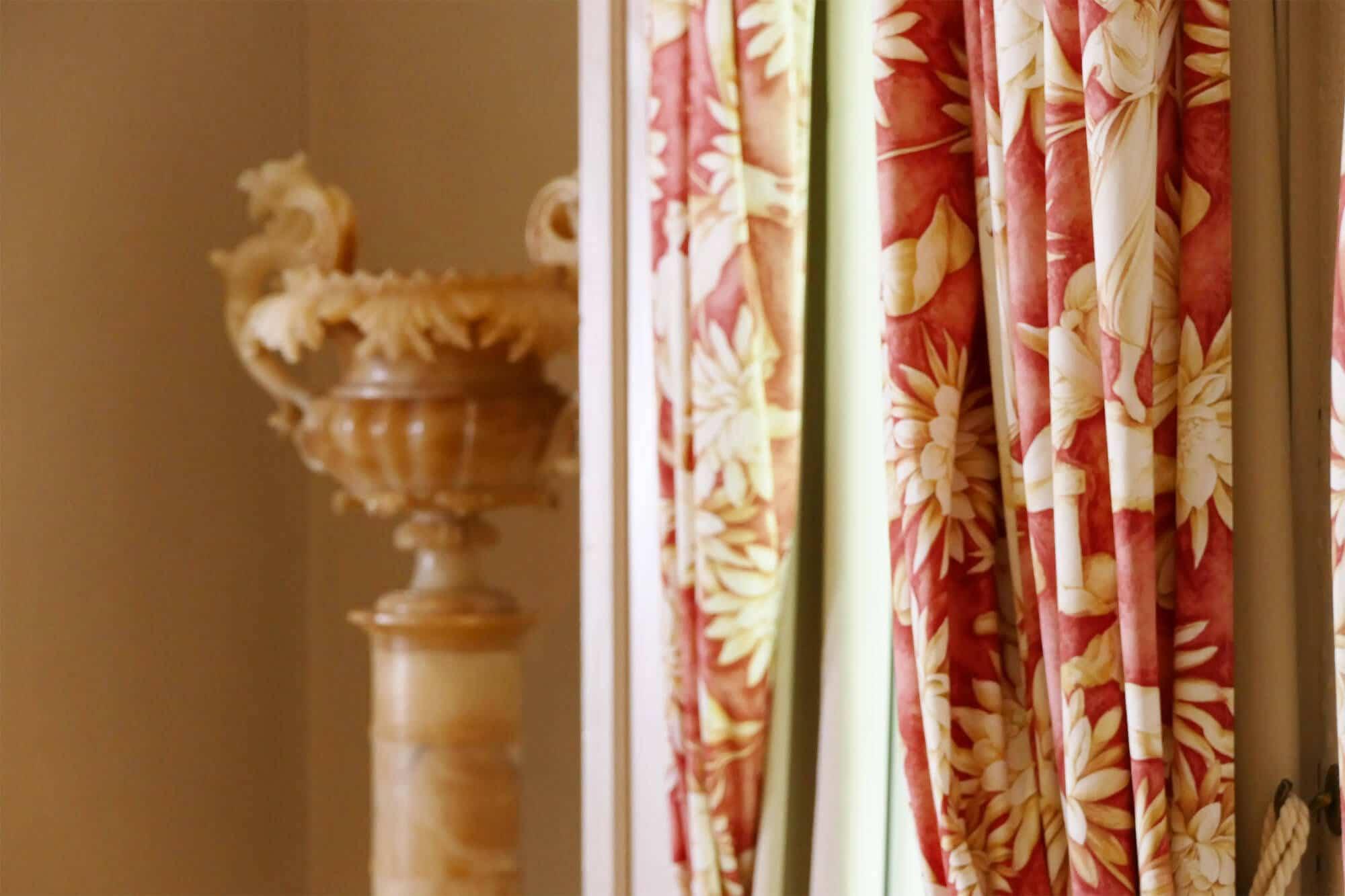 Vorhang und Vase im Seminarraum
